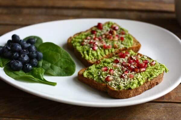 क्षारीय खाद्य सामग्रियों में अनार और अंगूर