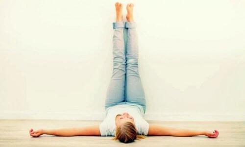 अपनी टांगों को रोज 20 मिनट के लिए ऊपर उठाने के फायदे
