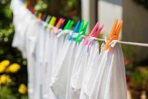 8 व्हाइटनिंग ट्रिक आपके सफ़ेद कपड़ों को चमकाने की