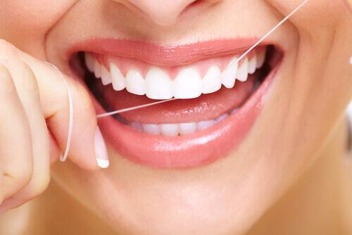 साँसों की बदबू हटायें: मुंह की सफाई