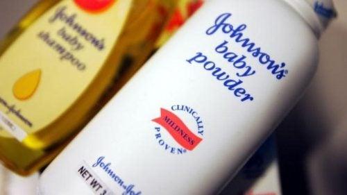 कैंसर और टैल्कम पाउडर के बीच सम्बन्ध से जॉनसन एंड जॉनसन को 417 मिलियन डॉलर की चोट