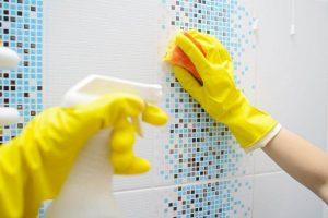 बाथरूम के टाइलों पर जमा मिनरल डिपॉज़िटों को कैसे हटाएं