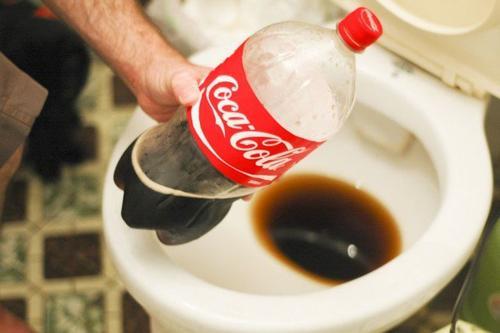 कोका-कोला से अपने टॉयलेट की सफाई करें