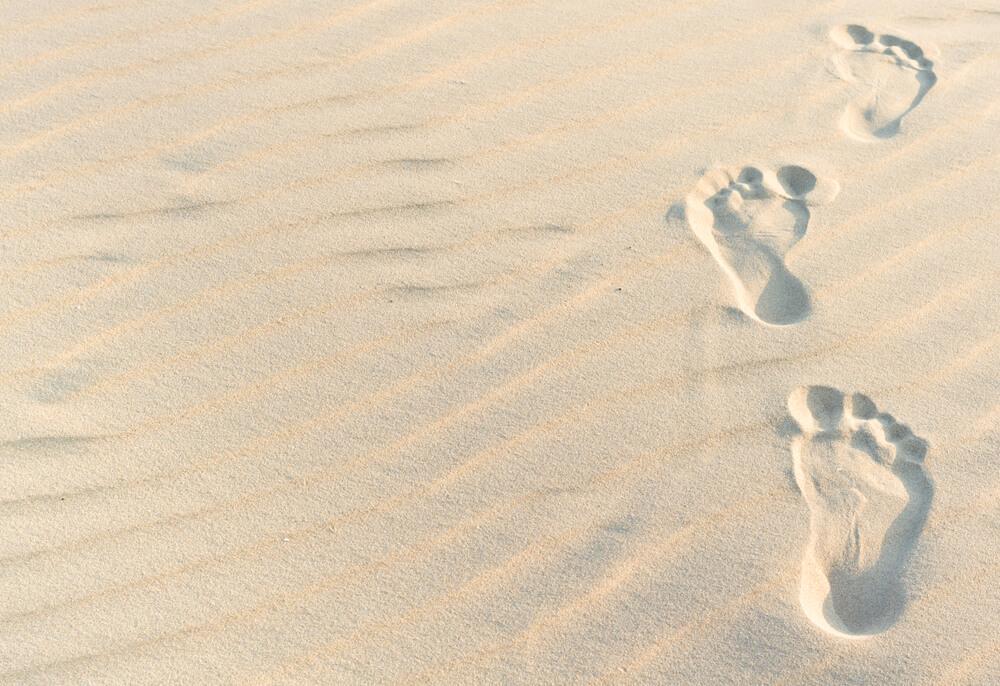 रेत में पैरो के निशान