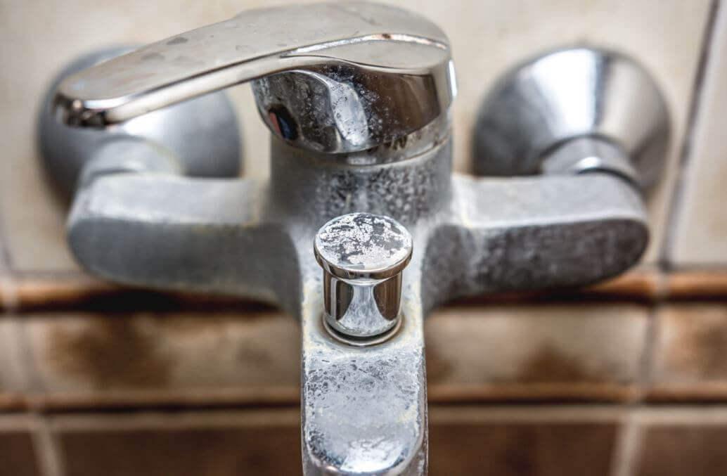 बाथरूम से मिनरल डिपॉज़िट हटाने के घरेलू उपाय