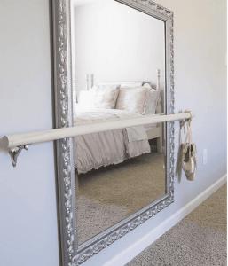 अपने बेडरूम में शीशा रखना एक बेहद गलत फैसला हो सकता है