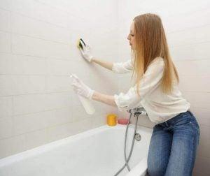बाथरूम की सफ़ाई: बाथटब