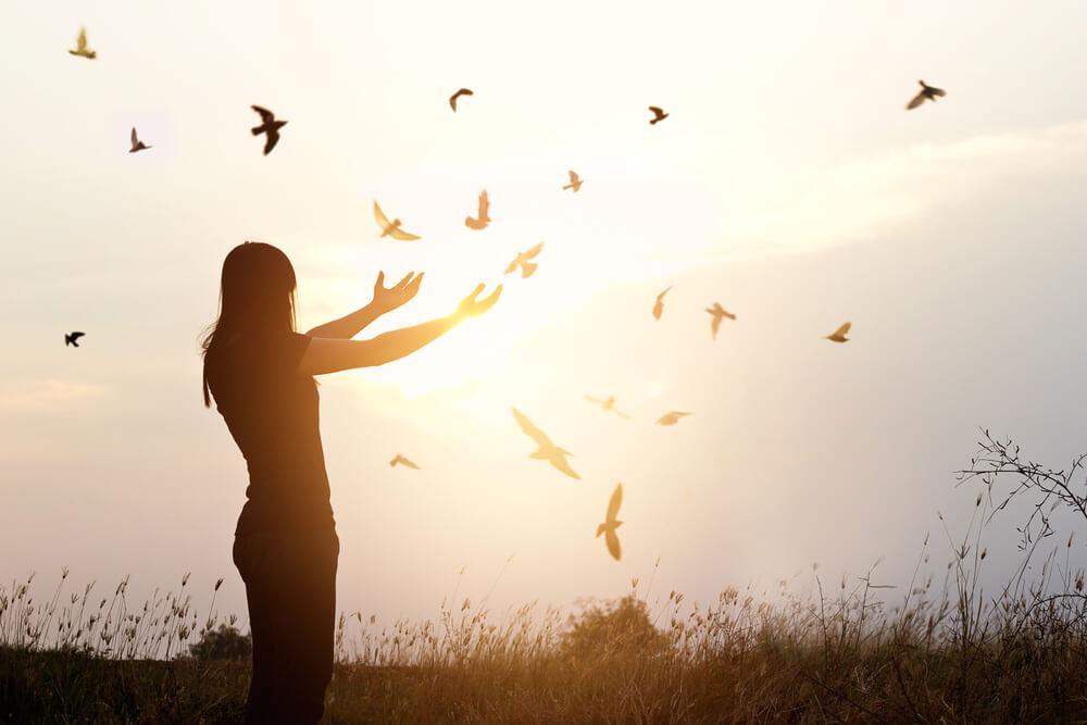 स्त्री पक्षियों को आजाद करते हुये