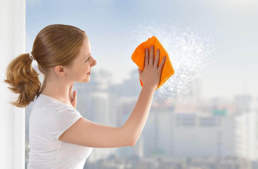 6 ट्रिक्स जो करेंगी आसानी से खिड़कियों की सफ़ाई