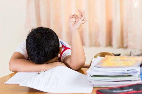 बच्चों के लिए देर से सोना थकान का कारण है