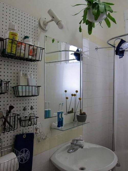 बाथरूम में जगह बचाने की टिप्स: दीवार पर बास्केट