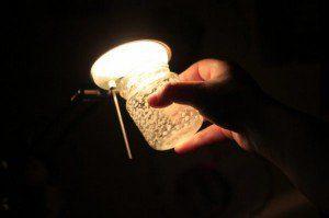 रोशन मर्तबान के नजदीक एक बल्ब चमकाइए