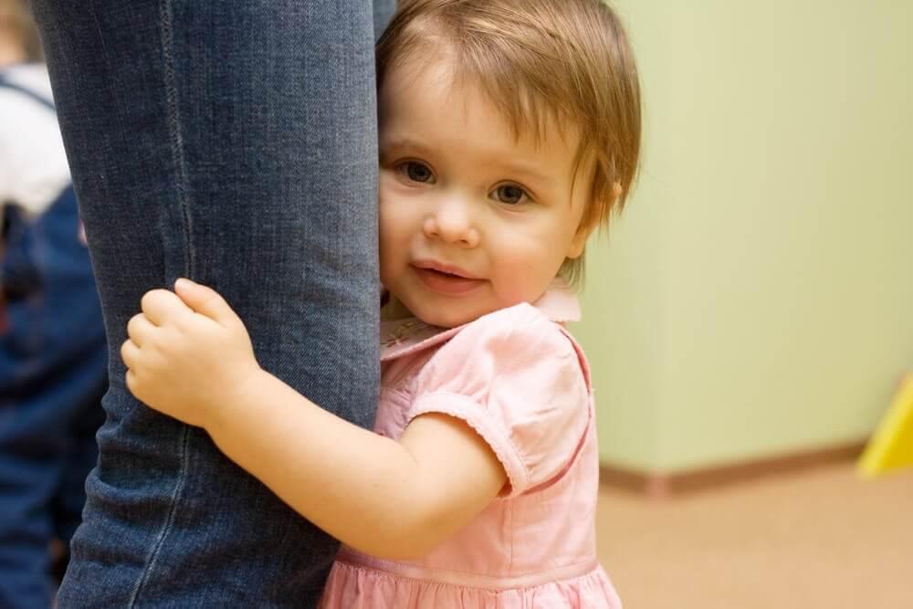 बच्चों के सामने झगड़ने का नतीज़ा: डरा हुआ बच्चा