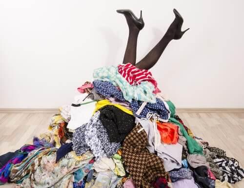 क्लोजेट नहीं है? कोई बात नहीं! आपके कपड़ों को संवारकर रखने के 7 तरीके