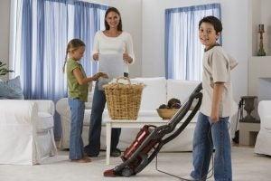 सफ़ाई की आदतें: घरवालों के साथ मिलकर घर की सफाई करें