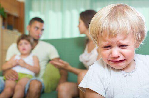 अपने बच्चों के सामने झगड़ने का नतीज़ा