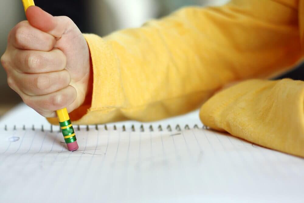 गौर कीजिये: ये लक्षण आपके बच्चे को पढ़ाई-लिखाई में हो रही मुश्किलों के संकेत हो सकते हैं