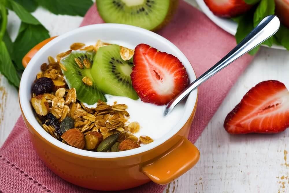 लो-कैलोरी ब्रेकफास्ट: दही, फल स्मूदी