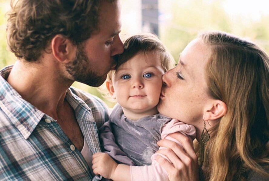 बच्चों के सामने झगड़ने का नतीज़ा: पेरेंट्स और बच्चा