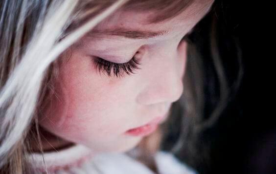 हाइपर पेरेंटिंग: दुनिया को नाखुश बच्चे देने का तरीका