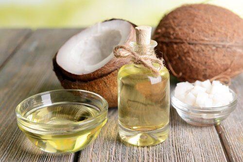 दोबारा हाथों को खूबसूरत बाने के लिए नारियल का तेल