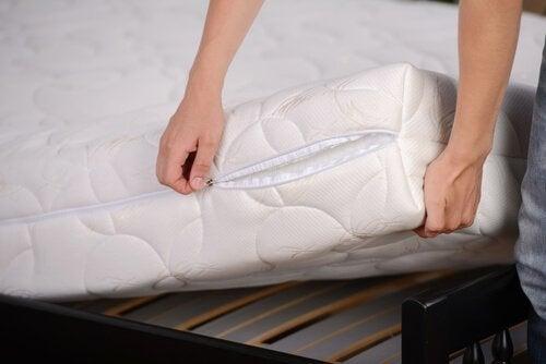 बेडरूम को कीटाणुमुक्त रखें: गद्दों के कवर को बदलें