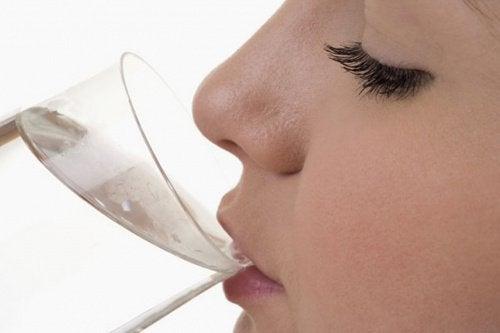 8 संकेत जो बताते हैं, आप पर्याप्त पानी नहीं पी रहे