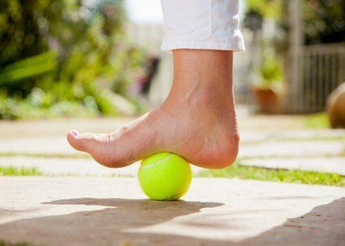 टेनिस बॉल की मदद से एड़ी के दर्द से छुटकारा पाएं