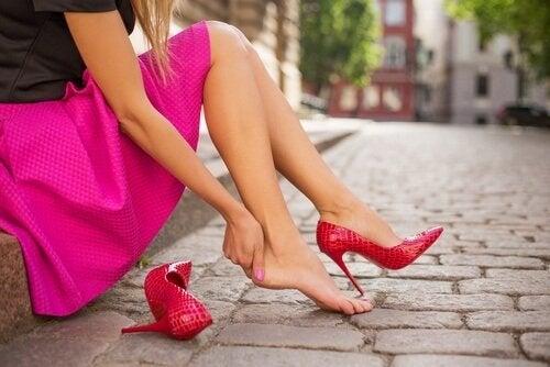 12 शानदार तरीके जो जूते के आपके पैर काटने से बचायेंगे