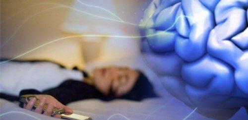 फ़ोन को साथ लेकर सोने से आने वाली नींद की कमी