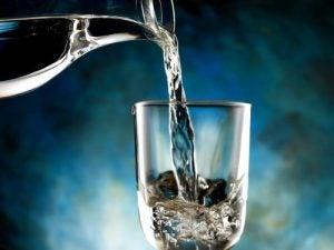 नेचुरल तरीके से जल प्रतिधारण में कमी के लिए पानी पियें