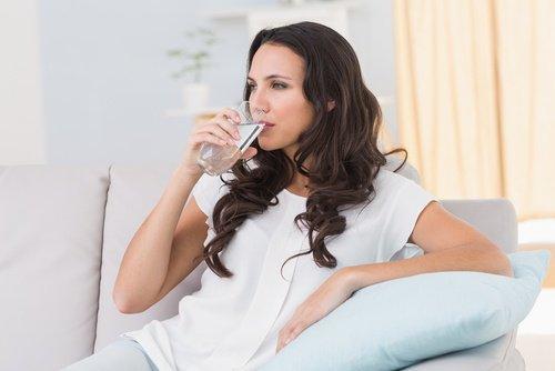 वॉटर रिटेंशन से निपटने के लिए पानी पिएं