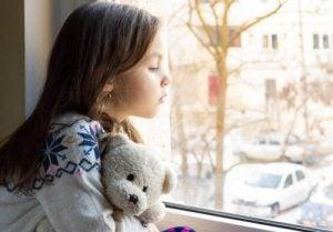 बच्चों में ऐफेक्टिव डिप्राइवेशन - उदास लड़की