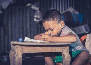 बच्चों में ऐफेक्टिव डिप्राइवेशन - पढ़ता हुआ बच्चा