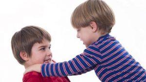 बच्चों में ऐफेक्टिव डिप्राइवेशन - लड़ाई करते बच्चे