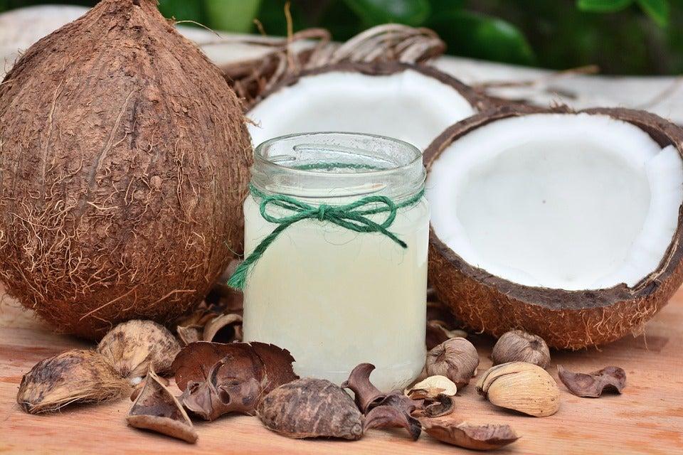 5 नुस्खे: नारियल तेल का इस्तेमाल करके स्ट्रेच मार्क्स और निशान को कम करने के लिए