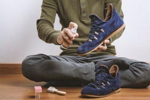 जूते को साफ करता आदमी