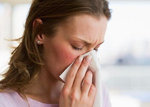 जुकाम से पीड़ित महिला