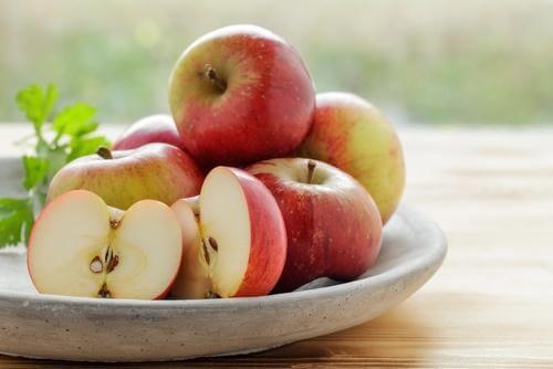 मसूड़ों की सूजन से लड़ने के लिए सेब का सेवन