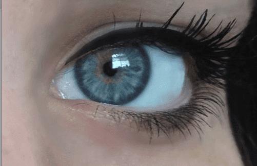 आँखों का रंग : हल्की नीली आँखें (Light blue eyes)