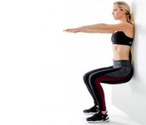 दीवार के सहारे स्क्वैट्स सेचोटिल घुटनों को मजबूत बनाएं