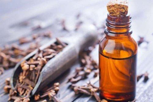 मसूड़ों की सूजन से राहत दिलाने वाला लौंग का तेल