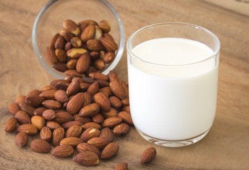 हल्दी-बादाम मिल्क: बादाम दूध के सूजनरोधी लाभ