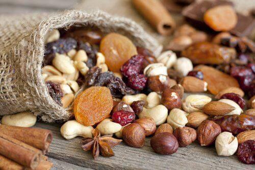 ट्राइग्लिसराइड के अपने स्तर को कम करने के लिए खाएं नट्स