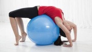 पीठ दर्द से राहत - काइफोसिस स्ट्रेच से