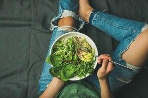 एनीमिया : सलाद खाएं