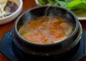 प्लास्टिक कन्टेनर में कभी भी नहीं रखें स्टू और सूप (Stews and soups)