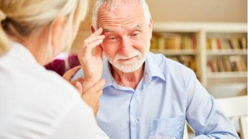 डिमेंशिया के 8 लक्षण जो सबको पता होने चाहिए