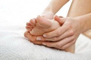 हृदय रोगों के लक्षण : सूजे पैर
