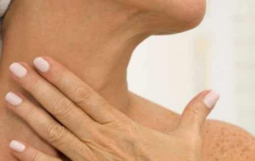 5 कुदरती उपाय : इनसे अपनी गर्दन की झुर्रियाँ हटायें